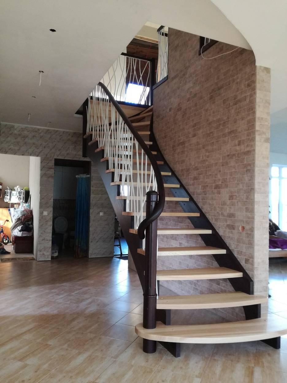 mediniai laiptai su tekinta kolona ir kalvio darbo tvorele