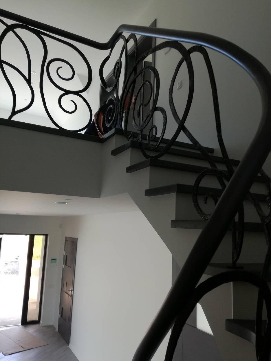 laiptai ant plataus gelzbetonio kalvio darbo tvorele