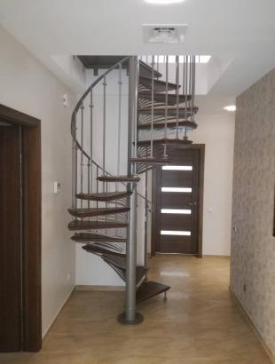 laiptai su metaline konstrukcija