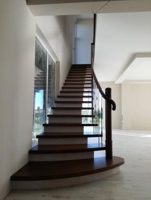 laiptai uosines pakopos apvalus porankis tekinta frezuota kolona