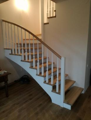 mediniai uosiniai laiptai su mediniais strypeliais