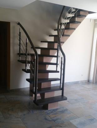 mediniai uosiniai laiptai su nerudijancio plieno strypeliais