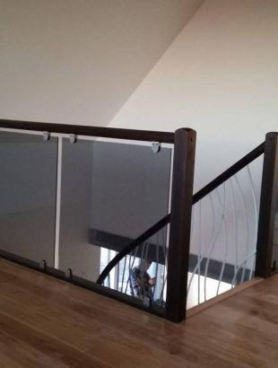 mediniai uosiniai laiptai su kalviskais strypeliais