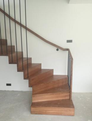 mediniai laiptai ant siauro gelzbetonio