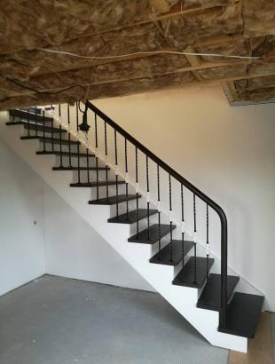 mediniai laiptai su kalviskais strypeliais