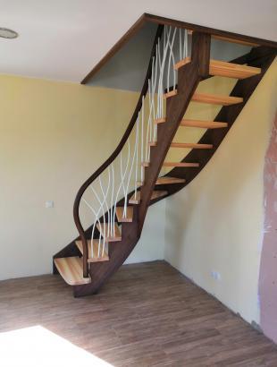 Mediniai uosio masyvo laiptai