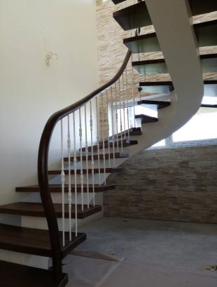 uosines pakopos laiptai ant siauro gelzbetonio