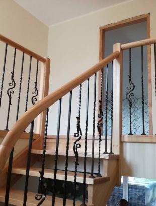 uosinio masyvo laiptai su erdviniais porankiais