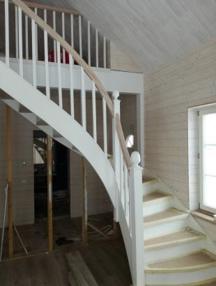 mediniai uosiniai laiptai su medinemis statramomis