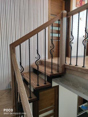 Uosio masyvo laiptai ant metalinės konstrukcijos