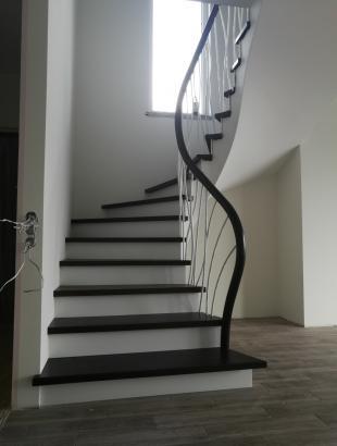 Uosio masyvo laiptai ant plataus gelžbetonio