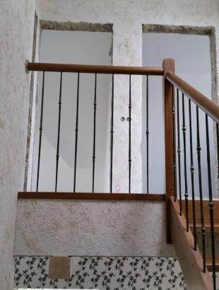 mediniai uosiniai laiptai su kalviskais strypeliais erdviniu porankiu