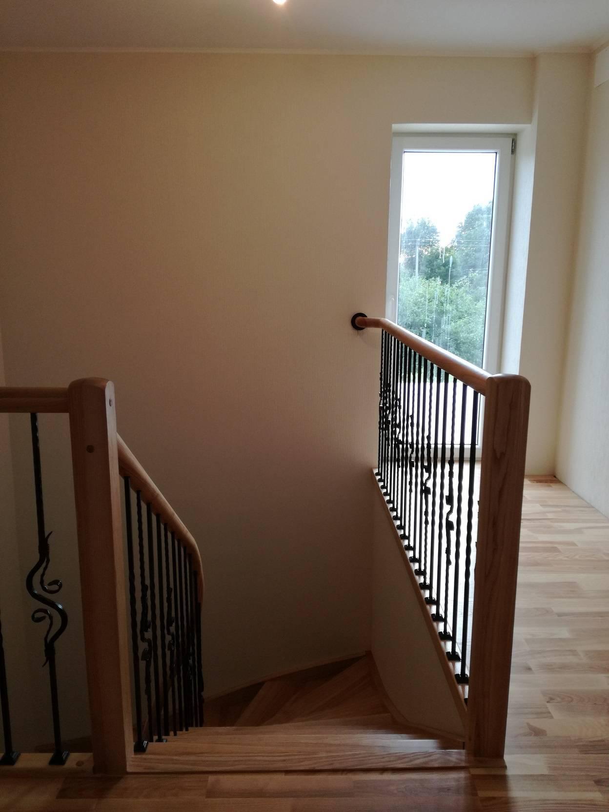 uosiniai laiptai su kalviskomis detalemis